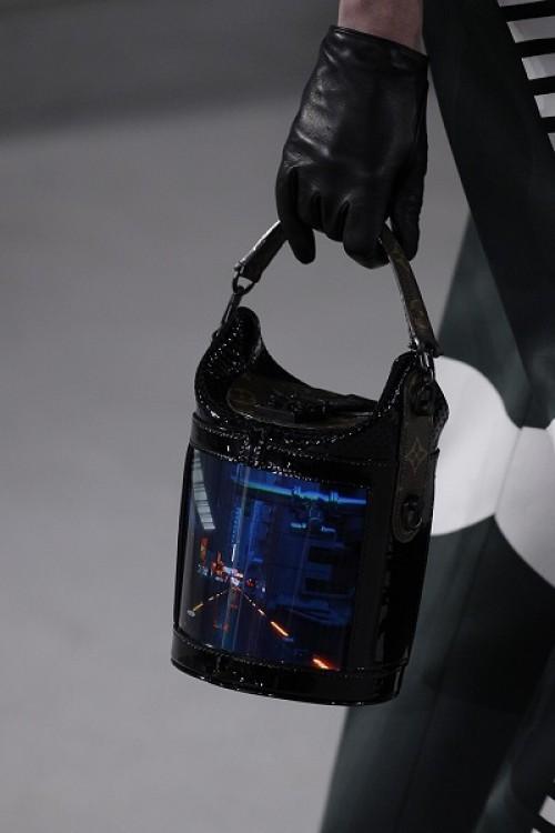 b8493d9e51e6 Во время презентации с экранов транслировали виды Нью-Йорка и каталоги  одежды Louis Vuitton. Хотя могут быть и другие сценарии использования,  например, ...